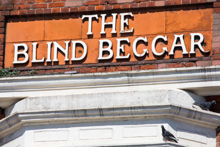 LONDON, UK - APRIL 19TH 2018: The original lettering on the exterior of The Blind Beggar public house on Whitechapel Road in London, on 18th April 2018. Its known to be the location of the murder of George Cornell by Ronnie Kray. 版權商用圖片 - 104471048