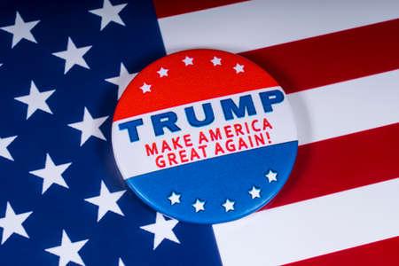Londyn, Wielka Brytania - 20 listopada 2018 r.: Trump - spraw, by Ameryka znów była wielka! przypinka, przedstawiona nad flagą Stanów Zjednoczonych Ameryki.
