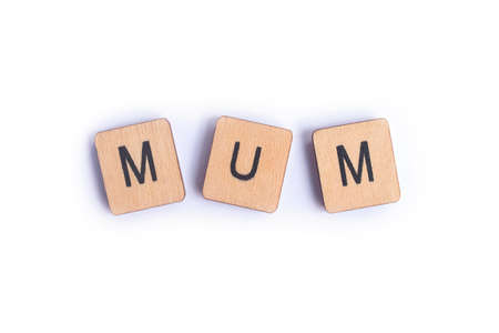 The word MUM spelt with wooden letter tiles. Stockfoto - 114274604