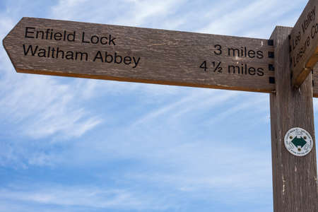 Signposts on the River Lee Navigation towpath in London, showing the direction towards Enfield Lock and Waltham Abbey. 版權商用圖片