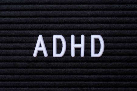 Die Abkürzung ADHS, auf einem Briefbrett. ADHS steht für Aufmerksamkeits-Defizit-Hyperaktivitäts-Störung.