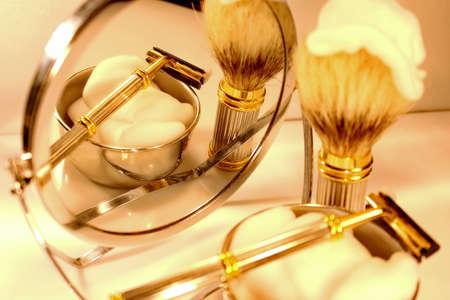 hombre afeitandose: Conjunto de afeitar Foto de archivo