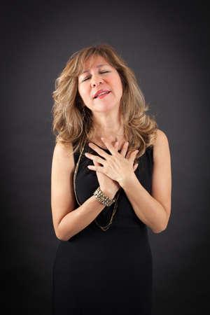 femme blonde: Belle femme faisant des expressions diff�rentes dans diff�rents ensembles de v�tements: crise cardiaque