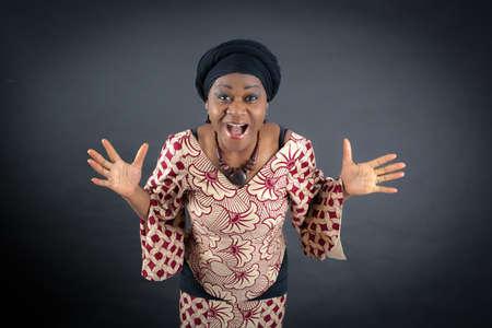 femme bouche ouverte: Belle femme faisant des expressions diff�rentes dans diff�rents ensembles de v�tements: la surprise