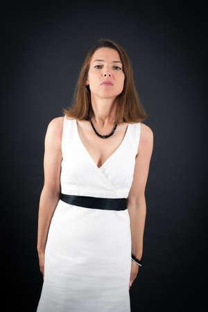 cabeza femenina: Hermosa mujer haciendo diferentes expresiones en diferentes conjuntos de ropa: en posición de firmes