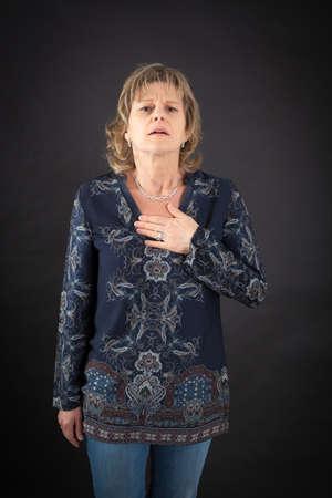 dolor de pecho: Hermosa mujer haciendo diferentes expresiones en diferentes conjuntos de ropa: ataque al corazón