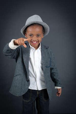 niños africanos: Chico guapo haciendo diferentes expresiones en diferentes conjuntos de ropa: apuntando Foto de archivo
