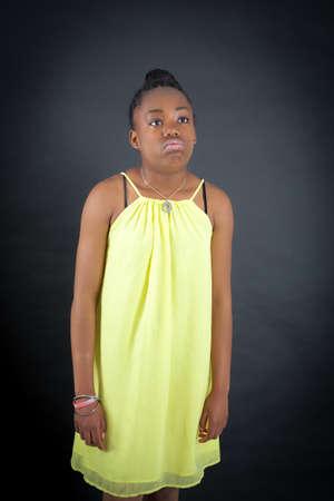niños africanos: Hermosa chica haciendo diferentes expresiones en diferentes conjuntos de ropa: agujereado