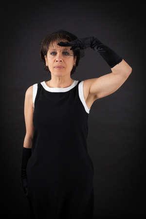 militaire sexy: Belle femme faisant des expressions diff�rentes dans diff�rents ensembles de v�tements: au garde-