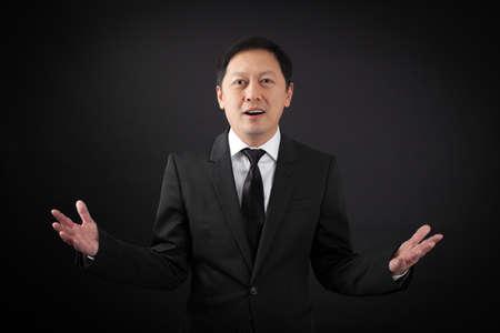 lachendes gesicht: schöner Mann tut verschiedene Ausdrücke in verschiedene Sätze von Kleidung: Überraschung Lizenzfreie Bilder
