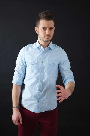 handsome men: Uomini belli facendo diverse espressioni in differenti set di vestiti: arrabbiato