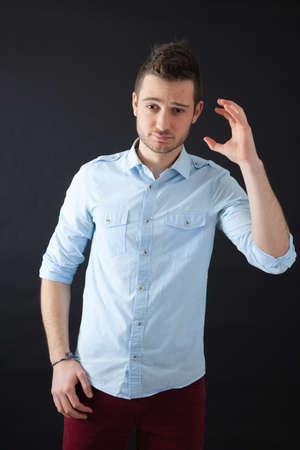 hombres guapos: Hombres guapos haciendo diferentes expresiones en diferentes conjuntos de ropa: que est�n locos