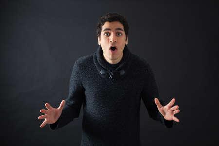 laughing face: Schöne Männer tun verschiedene Ausdrücke in verschiedene Sätze von Kleidung: Überraschung