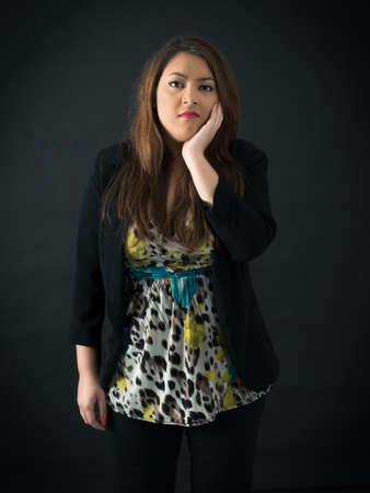obeso: Hermosa mujer haciendo diferentes expresiones en diferentes conjuntos de ropa: el dolor de muelas