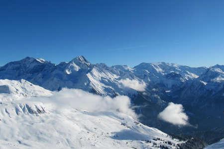 深い青色の空の下でアルプス山脈