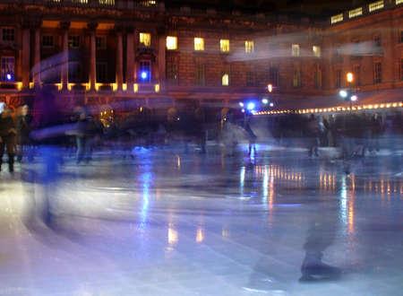 Ice Skater scating in der Nacht zu einem außerhalb Eis-Ring  Standard-Bild - 718630