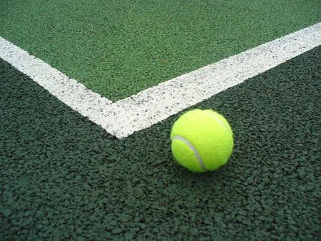 adentro y afuera: amarillo pelota de tenis fuera de la l�nea en una cancha de tenis