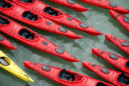 ocean kayak: Esta imagen muestra kayaks de colores en la bah�a de Halong, Vietnam Foto de archivo