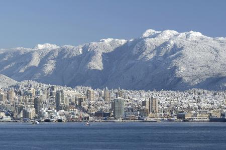 この画像は、ノース バンクーバーのスカイライン、カナダを示します。 写真素材