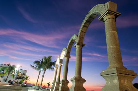 Esta imagen muestra el Los Arcos en Puerto Vallarta, México