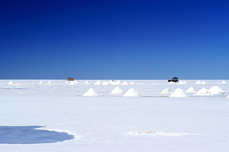 alien landscape: This image shows the alien landscape of Bolivias Salar de Uyuni.