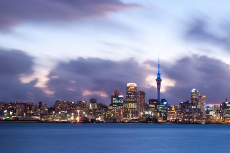 この画像は、ニュージーランド、オークランドのスカイラインを示します。