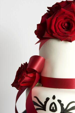 Esta imagen muestra un hermoso pastel de bodas. Foto de archivo