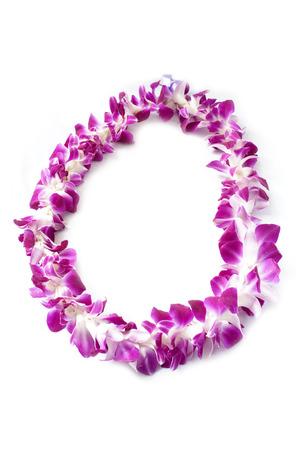 Deze afbeelding shwos een Hawaiiaanse lei gemaakt van grote orchidee bloeit