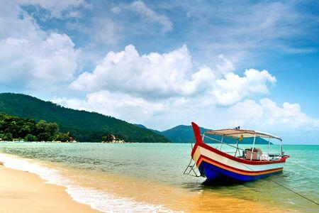 この画像は、ペナン、マレーシアのビーチのシーンを示します