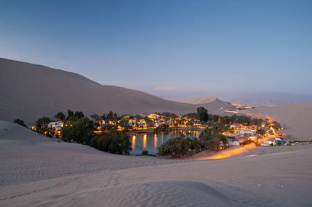 Deze afbeelding toont de oase stad Huacachina, Peru