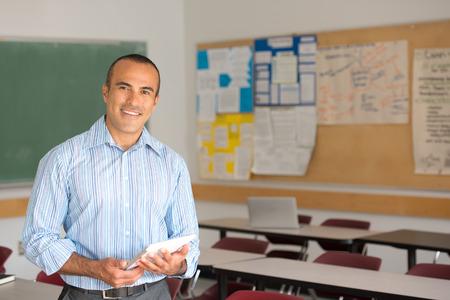 Dit beeld toont een Hispanic mannelijke leraar in zijn klas