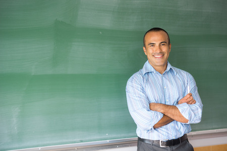 この画像は、彼の教室でヒスパニック系の男性教師を示しています 写真素材