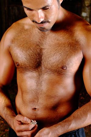 sin camisa: Esta imagen muestra un hombre hispano construido.