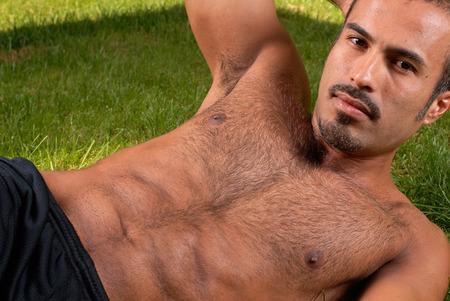 hombres sin camisa: Esta imagen muestra un hombre hispano muscular.