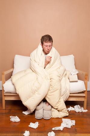 persona triste: Esta imagen muestra a un hombre enfermo en el sof� Foto de archivo