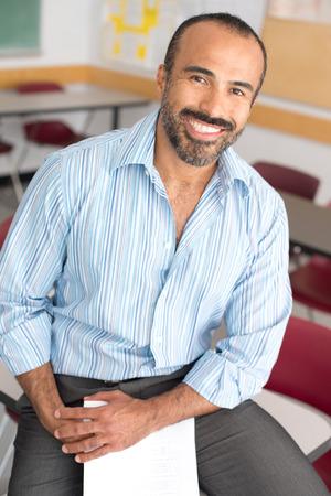 maestra: Esta imagen muestra un Profesor de sexo masculino hispana en su salón de clases