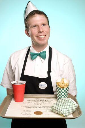 comida rapida: Esta imagen es una toma sarcástica en el valor de una universidad  título universitario Foto de archivo