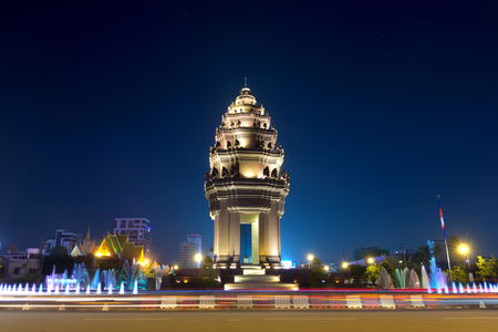 夜、プノンペン、カンボジアの独立記念碑を図します。
