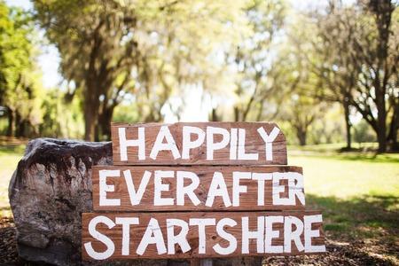 Glücklich seitdem beginnt hier Standard-Bild - 38471448