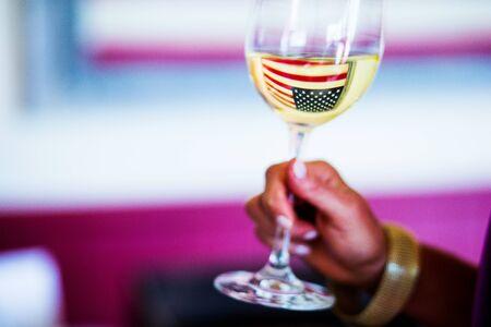 ワイングラスにアメリカの国旗