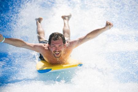 남자 서핑 보드에 누워 재미