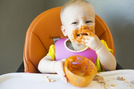 Messy Kleinkind mit Lebensmitteln auf Gesicht glücklich Standard-Bild - 39038702