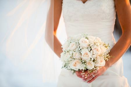 matrimonio feliz: Novia que sostiene el ramo de la boda con las rosas y del beb�? S flores aliento Foto de archivo
