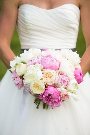 flores moradas: Novia ramo de la boda con la celebraci�n de peon�as, rosas del jard�n, y las flores de guisantes dulces