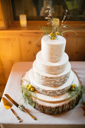 Craspedia、シダ、小麦で飾られたウエディング ケーキ 写真素材