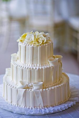결혼 피로연에서 화이트 웨딩 케이크 스톡 콘텐츠