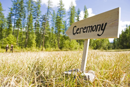 Holzschild zeigt auf einer Hochzeitszeremonie
