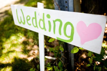 Holzschild zeigt auf einer Hochzeitszeremonie Standard-Bild - 40080749