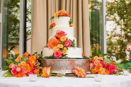 ślub: Tort weselny udekorowany kwiatami Zdjęcie Seryjne