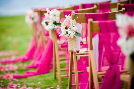 목적지 결혼식을위한 웨딩 통로에 흰색 석곡 속 난초와 핑크 생강 꽃